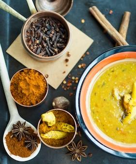 Sopa cerca de una variedad de especias