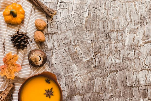 Sopa cerca de símbolos de otoño en la pereza