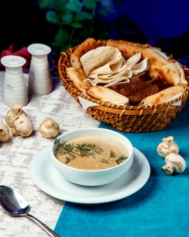 Sopa de champiñones con cesta de pan