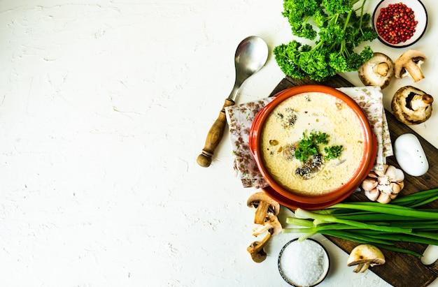 Sopa de champiñones con crema agria
