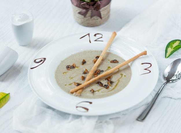 Sopa de champiñones con crutones de pan