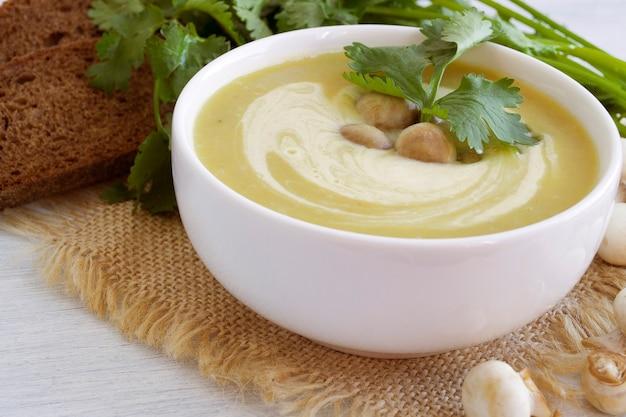 Sopa de champiñones dietética casera
