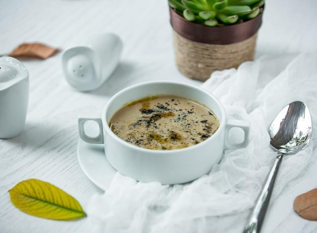 Sopa de champiñones sobre la mesa