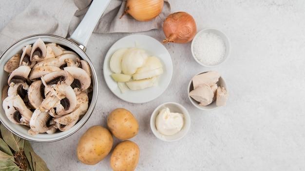 Sopa de champiñones en tetera y verduras