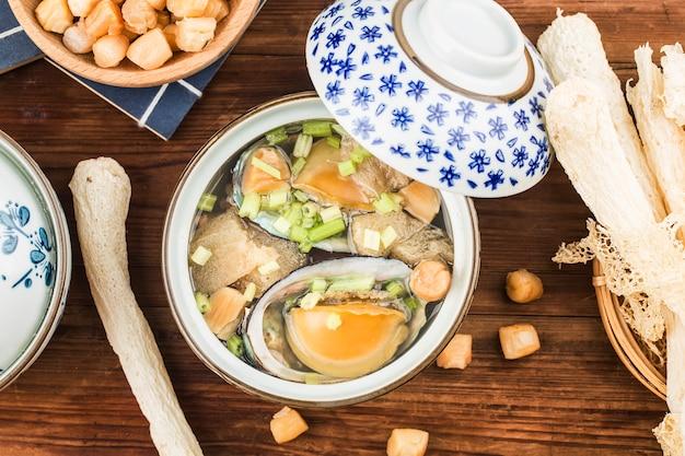 Sopa china de abulón y morel en un tazón