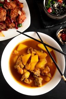 Sopa china con pollo y papas en plato