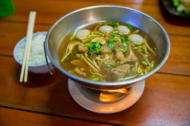 Sopa clara china estofado de carne y albóndigas