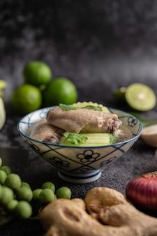 Sopa clara de pollo con hatch verde con ajo, limón, cebolla, cebolla morada, champiñones y albahaca