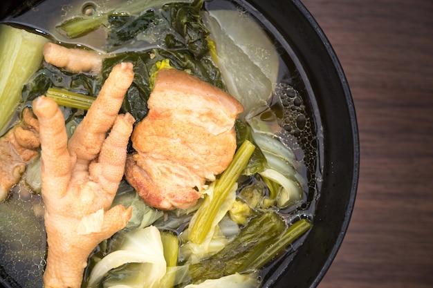 Sopa de cocina guiso de verduras chino tiene carne de cerdo y patas de pollo