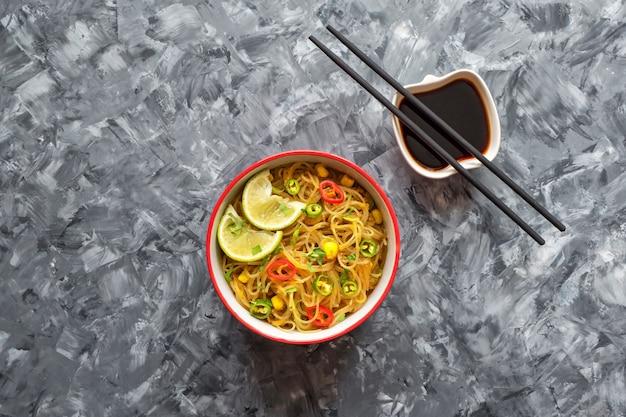 Sopa de coco tailandesa vegana estilo norteño sobre una mesa negra.