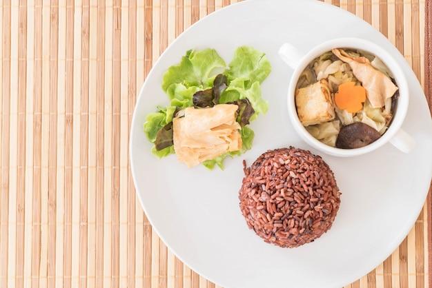 Sopa de col rellena con arroz de baya y tofu