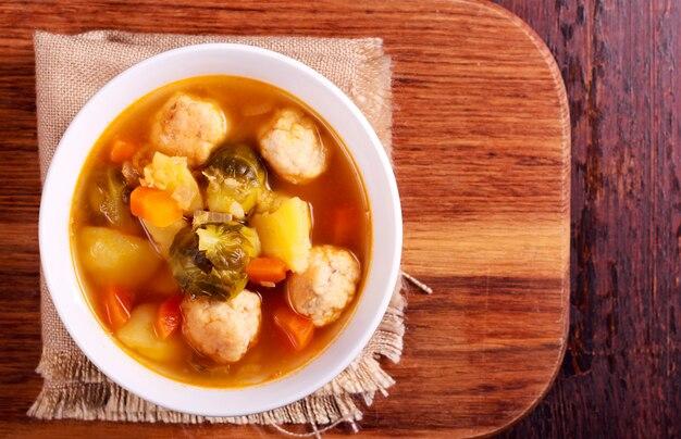 Sopa con coles de bruselas, pollo y lentejas rojas