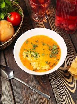 Sopa de coliflor en caldo de tomate de pollo con hierbas.