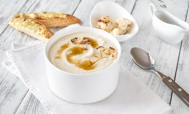 Sopa de coliflor con mantequilla morena y tostadas con queso