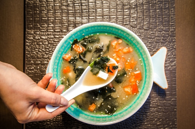 Sopa de comida china en un hermoso tazón