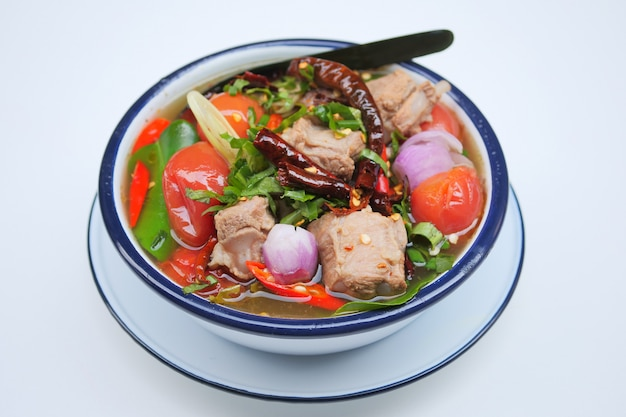 Sopa de costilla de cerdo, sopa picante con cerdo, comida tailandesa