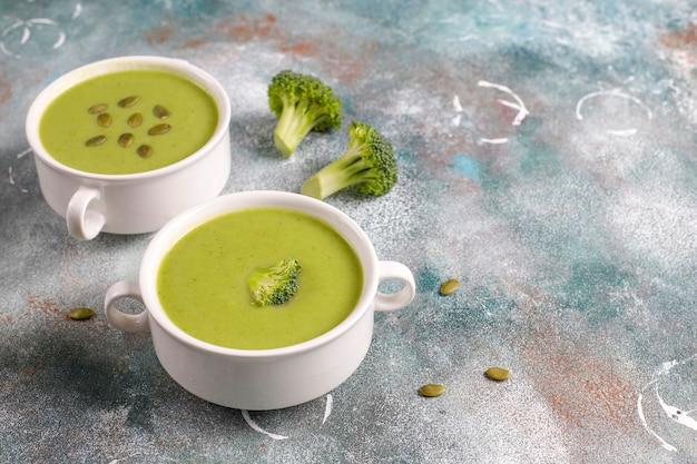 Sopa de crema de brócoli casera verde deliciosa.