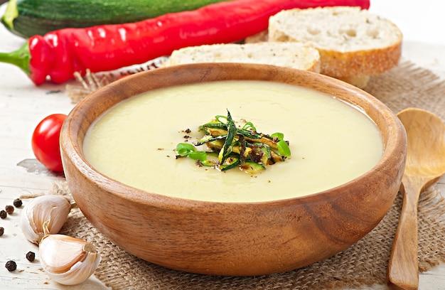 Sopa crema de calabacín con ajo y chile