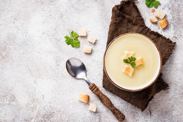Sopa crema con coliflor y crouton