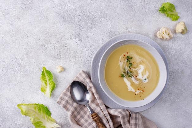 Sopa de crema de coliflor vegana saludable