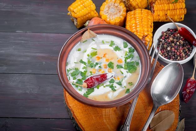 Sopa de crema de maíz con crema agria y hierbas