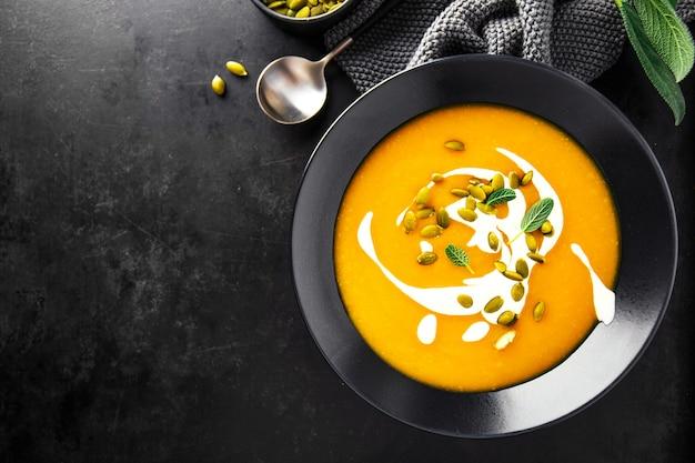 Sopa cremosa de calabaza servida en cuencos.