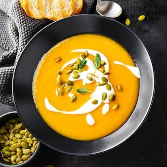 Sopa cremosa de calabaza servida en un tazón.