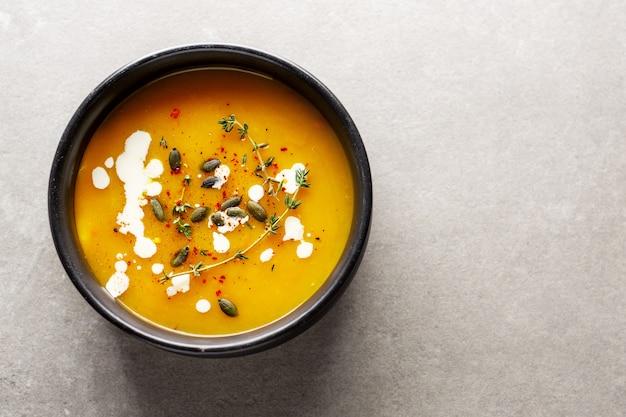 Sopa cremosa de calabaza servida en un tazón