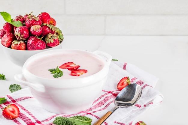Sopa cremosa dulce de fresa, comida vegana de verano