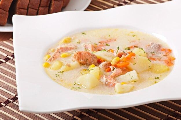 Sopa cremosa finlandesa con salmón