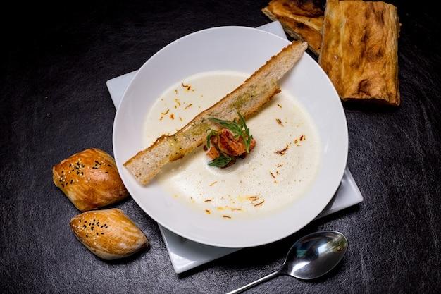 Sopa cremosa de mariscos gambas galletas saladas bollos vista superior