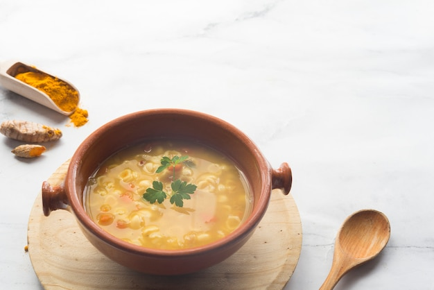 Sopa de cúrcuma y vegetales