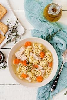 Sopa dietética con pavo o filete de pollo con pasta ruote y hierbas. endecha plana. vista superior