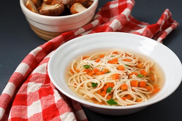 Sopa dietética con zanahoria, verduras y macarrones