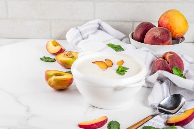 Sopa dulce y cremosa de durazno, comida vegana de verano