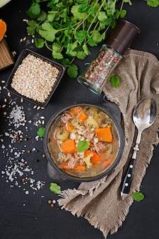 Sopa espesa con carne de res, cebada perlada, calabaza y apio. menú dietético vista superior