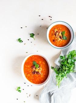 Sopa espesa de lentejas y frijoles rojos caliente y picante con tomates enlatados y cilantro. vista superior.