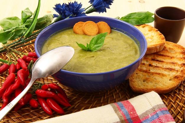 Sopa de espinacas tradicional con ingredientes bio