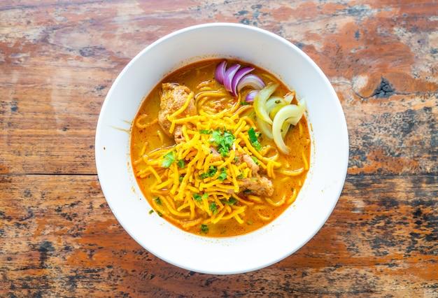 Sopa de fideos al curry al estilo de tailandia con pollo