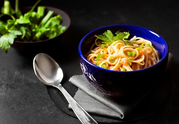 Sopa de fideos de alta vista para comidas de invierno y perejil