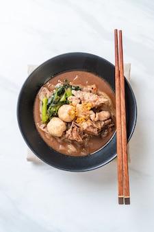 Sopa de fideos de arroz con cerdo guisado