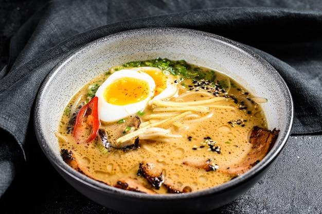 Sopa de fideos asiáticos ramen con carne de lengua de res, champiñones y huevo en escabeche de ajitama
