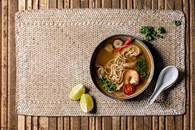 Sopa de fideos asiáticos
