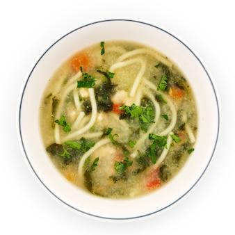 Sopa de fideos con caldo de pollo, perejil y zanahoria.