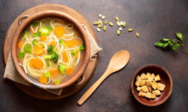 Sopa de fideos para comidas de invierno y cuchara.