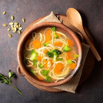Sopa de fideos para comidas de invierno y semillas.