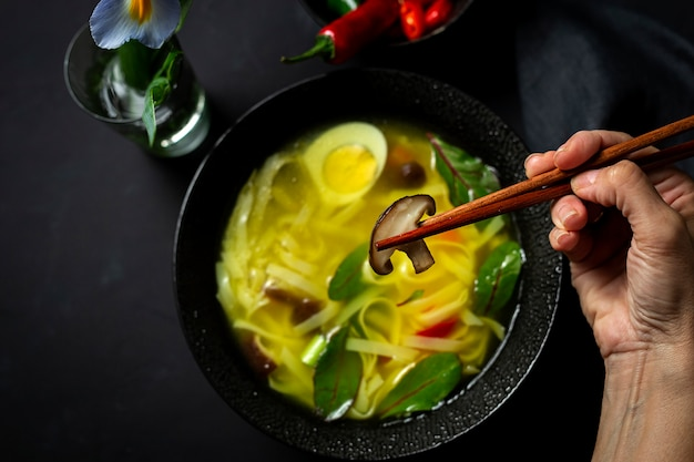 Sopa de fideos orientales en un restaurante