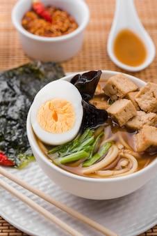 Sopa de fideos ramen asiática alta vista