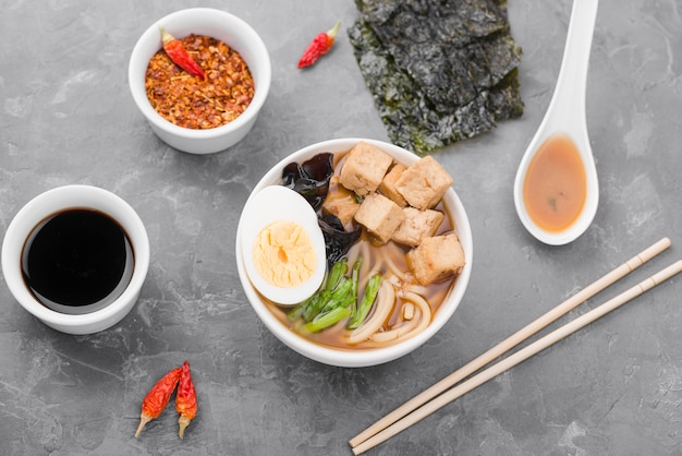 Sopa de fideos ramen asiáticos con carne