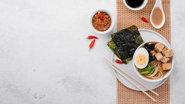 Sopa de fideos ramen asiáticos con espacio de copia